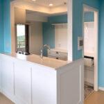海とLDKが見渡せる開放的なキッチン