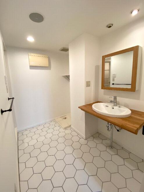 六角形の床タイルが印象的な洗面空間