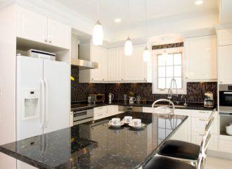ガラスタイルが美しいL型キッチン