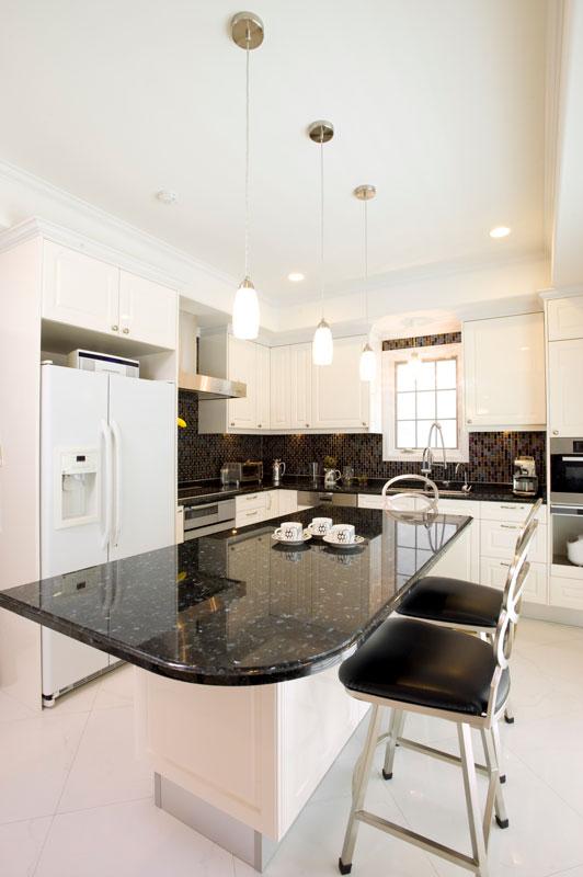 オーシャンサイド・グラスタイルが美しいL型キッチン