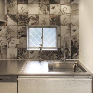 ボタニカル柄タイルのお洒落なキッチン施工事例