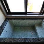 リラックスできる自然素材の浴槽