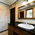 大きな鏡とKOHLER洗面ボウルでホテルライクな洗面スペース