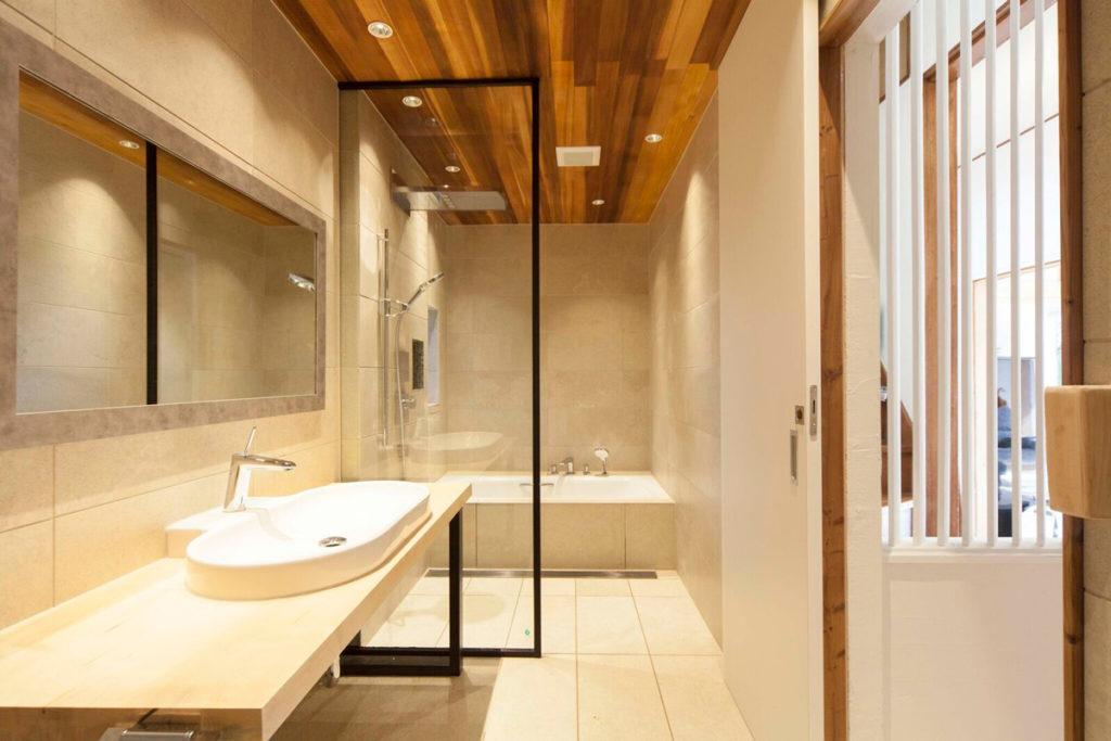 洗面・トイレ・浴室が一体となったバスルーム空間