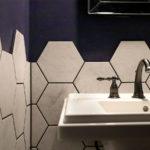 六角形タイルの立ち上がり壁とKOHLER水栓「ケルストン」