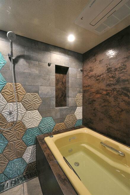 ニッチにはエプロン・浴槽側の壁面と同じ大判タイルを採用