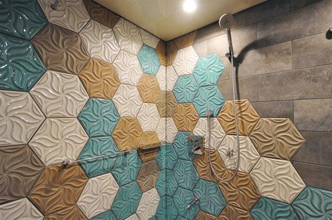 植物の紋様と釉薬が美しいヘキサゴンタイルのバスルーム