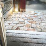 玄関アプローチの雪化粧