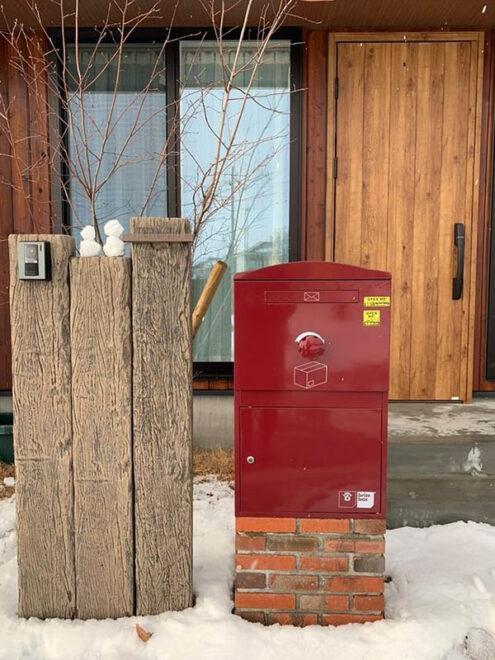 冬・宅配ボックス Brizebox Large ボルドー:レンガ据置台座施工