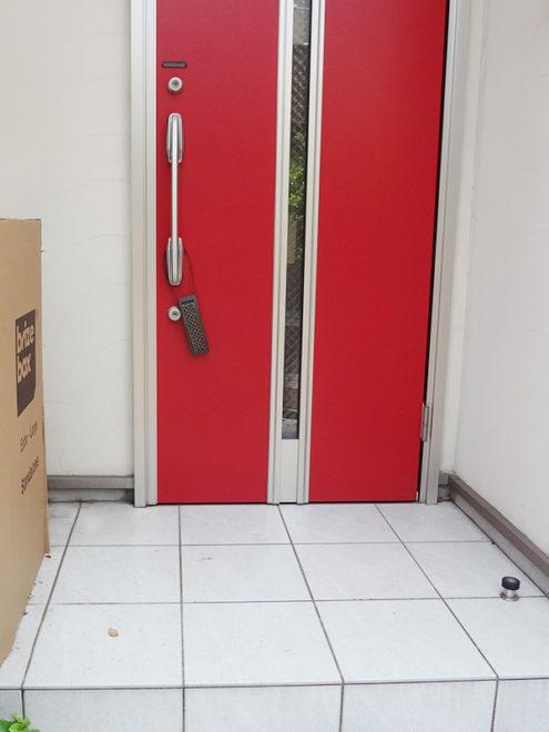 赤いドアがお洒落な玄関ポーチ