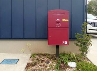 hiroo_tominaga様邸/宅配ボックス Brizebox Large ボルドー:ポール施工