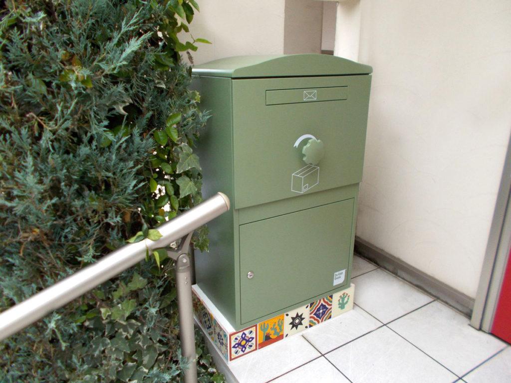 A様邸/宅配ボックス Brizebox Largeグリーン:メキシコタイル据え置き施工