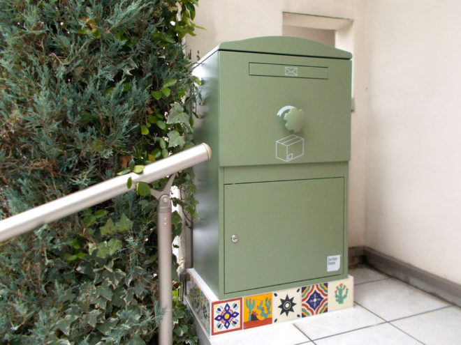 A様邸/宅配ボックス Brizebox/Largeグリーン/メキシコタイル据え置き施工