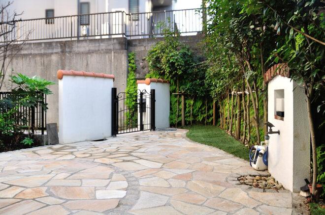 南欧風の洋瓦・立水栓とマッチするガーデンデザイン
